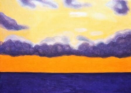 nuages flottent entre la clarté du soleil au-dessus de la mer